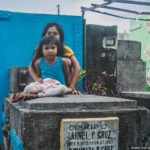 How people live on the cemetery on Philippines